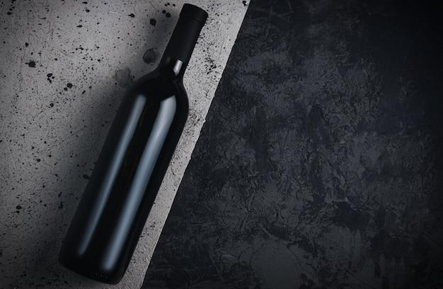Bouteille de vin sur fond de béton gris espace copie
