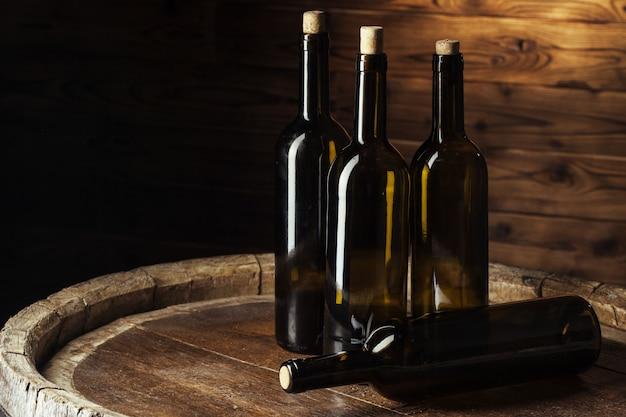 Bouteille de vin sur fond de bois