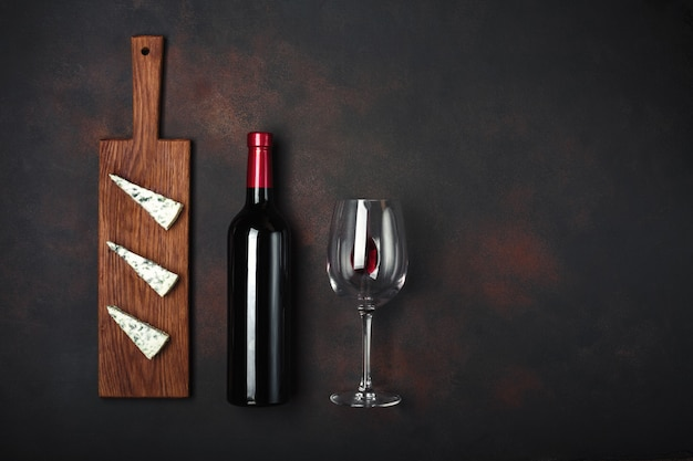 Bouteille de vin, fromage bleu puant et verre à vin