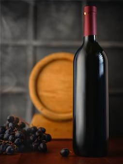 Bouteille de vin et raisins sur la table