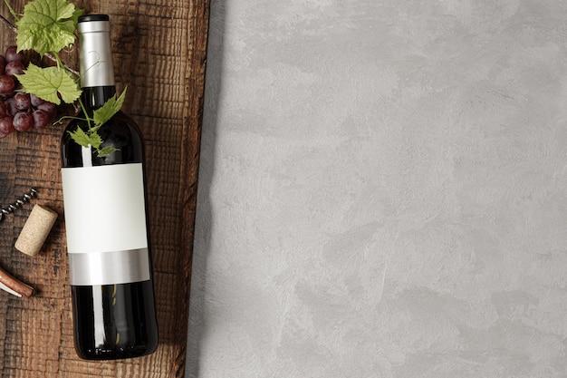 Bouteille de vin rouge avec étiquette. verre de vin et raisin. maquette de bouteille de vin. vue de dessus.