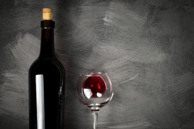 Bouteille de vin rouge sur un fond en bois
