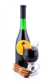 Bouteille de vin rouge et tasse de vin chaud isolé