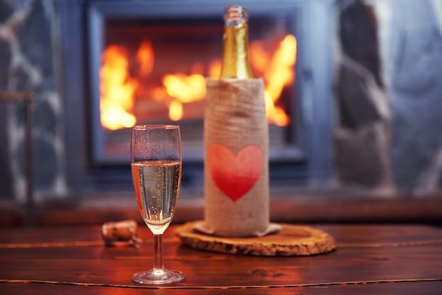 Bouteille de vin sur table, sur la surface de la cheminée