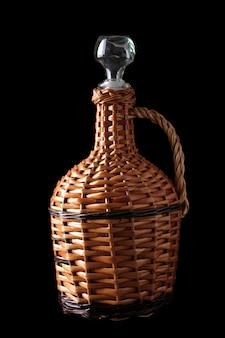 Bouteille de vin tressé isolée sur fond noir