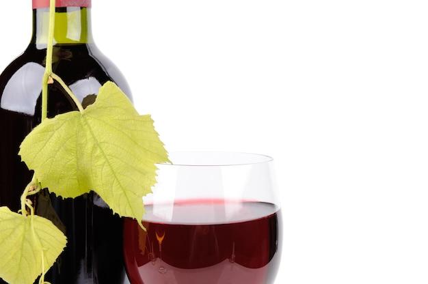 Bouteille de vin et verre isolé sur blanc
