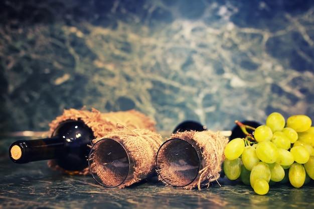 Bouteille de vin avec verre et raisin blanc