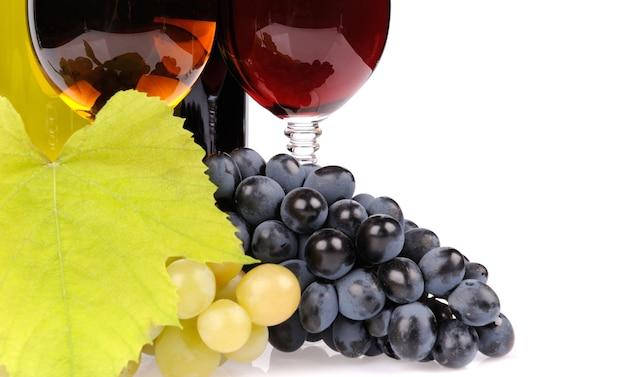 Bouteille de vin, verre et raisins isolés sur blanc