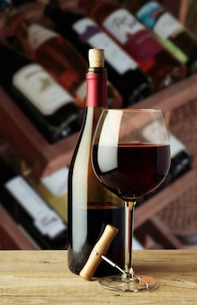 Une bouteille de vin et un verre avec un tire-bouchon