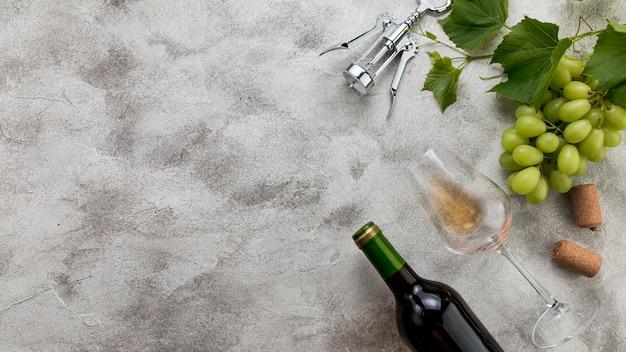 Bouteille de vin vue de dessus sur fond de marbre