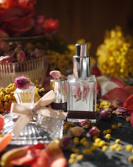 Une bouteille vintage parfumée avec une fleur
