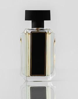 Une bouteille vue de face conçue sur le mur blanc