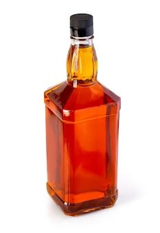 Bouteille de whisky isolé sur blanc avec un tracé de détourage