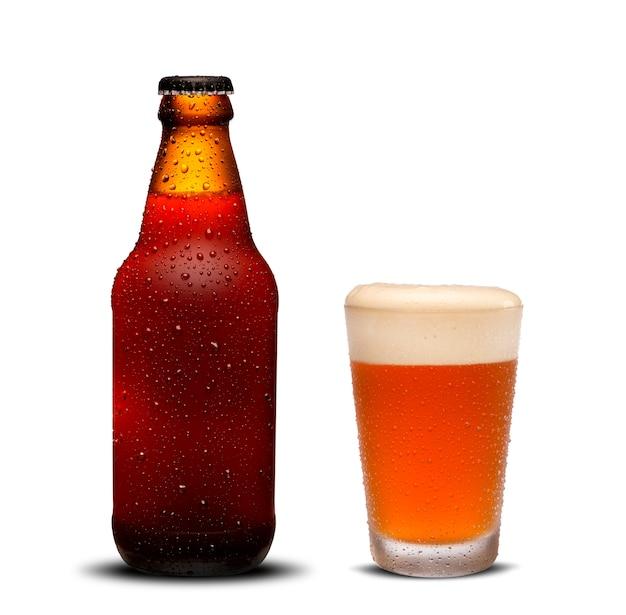 Bouteilles de bière 300ml et bière en verre avec des gouttes sur fond blanc.