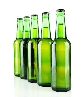 Bouteilles de bière sur blanc