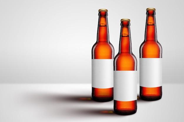Bouteilles de bière brune à long col et publicité de maquette d'étiquette vierge