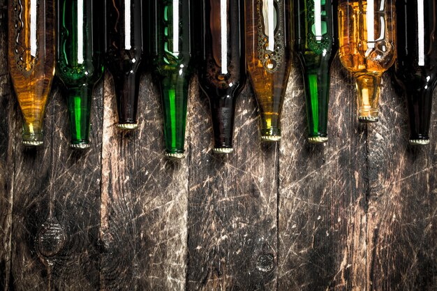 Bouteilles avec de la bière fraîche. sur un fond en bois.