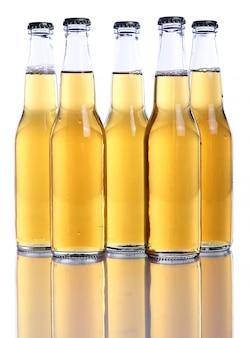 Bouteilles de bière fraîche et fraîche.
