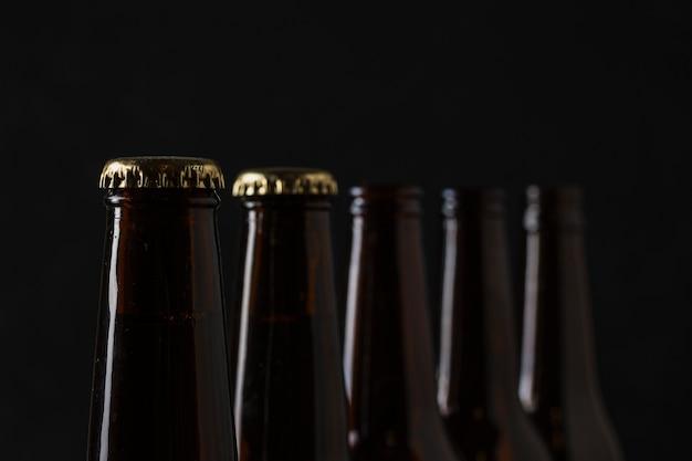 Bouteilles de bière fraîches avec des bouchons
