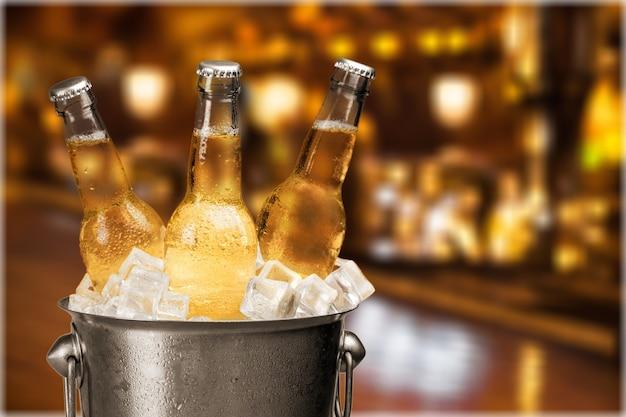 Bouteilles de bière froide et fraîche avec de la glace isolée