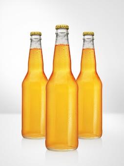 Bouteilles de bière à long cou sur une surface blanche. présentation de la maquette.