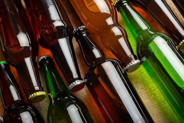Bouteilles de bière sur une table en bois