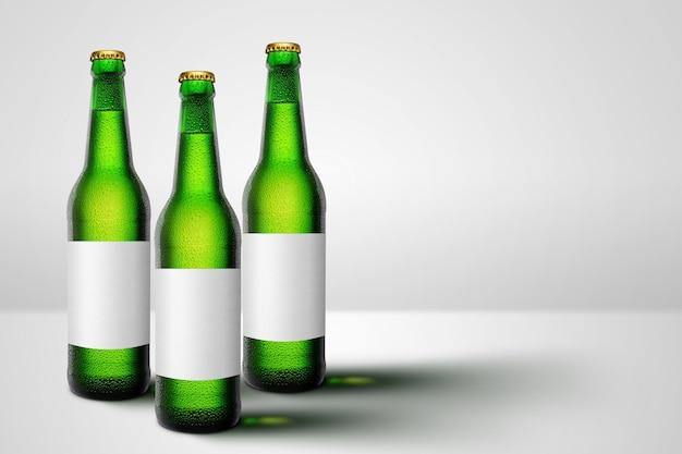 Bouteilles de bière verte à long col et publicité de maquette d'étiquette vierge