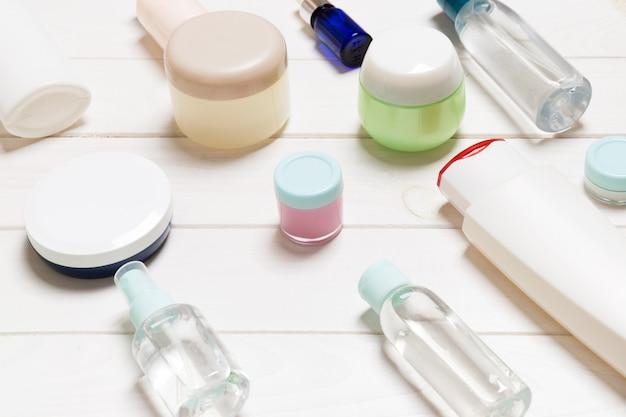 Bouteilles, bocaux, contenants et sprays cosmétiques
