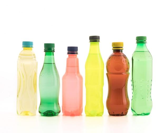 Bouteilles avec boissons gazeuses