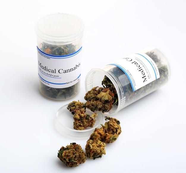 Bouteilles de cannabis médical sec isolated on white