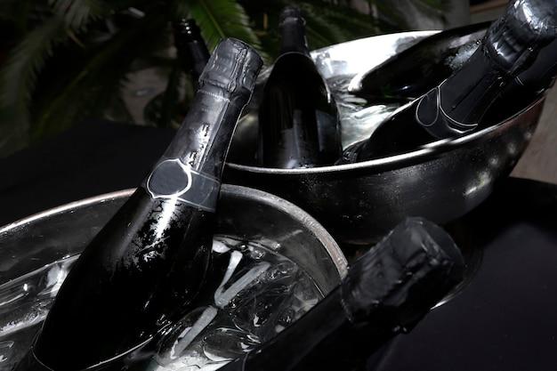 Bouteilles de champagne dans des glacières prêtes à servir lors d'un événement