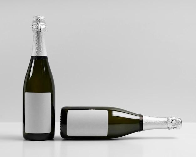 Bouteilles de champagne avec fond blanc