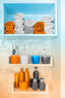 Bouteilles colorées de cosmétiques dans un salon de coiffure