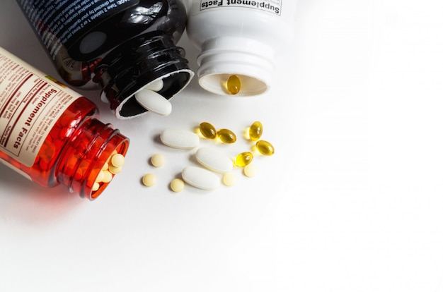 Bouteilles de comprimés de magnésium, d'acide folique et de vitamines