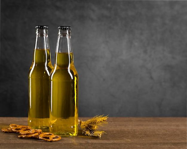 Bouteilles de copie-espace avec de la bière