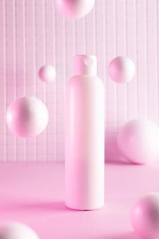 Bouteilles cosmétiques avec des balles volantes dans un néon rose, maquette