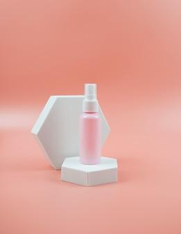 Bouteilles cosmétiques roses pour concept cosmétique de soin de la peau de lotion de gel crème