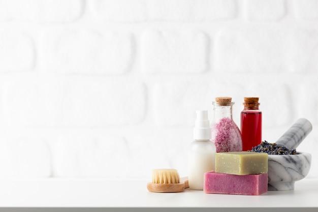 Bouteilles de cosmétiques et savon artisanal naturel sur fond blanc