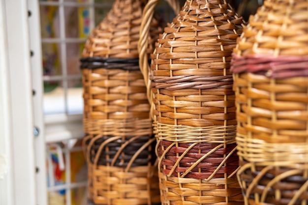 Bouteilles, cruches à vin, jarres tressées de bois de vigne de rotin