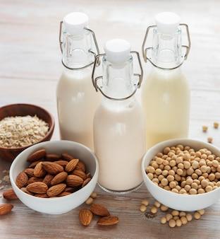 Bouteilles avec différents lait de soja végétal, lait d'amande et d'avoine.