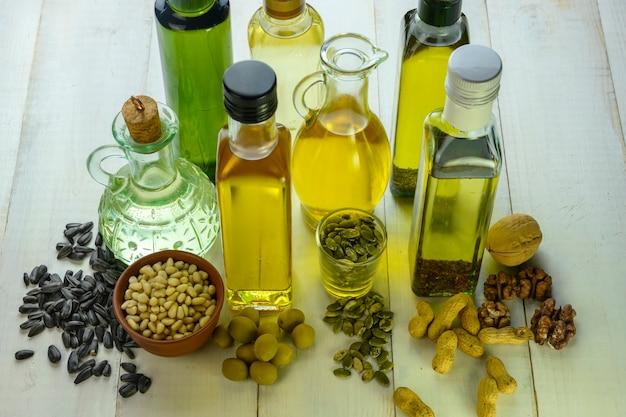 Des bouteilles avec différents types d'huile se tiennent sur une table