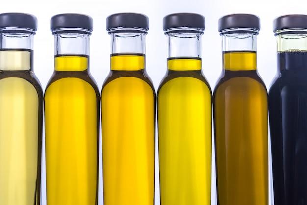 Bouteilles avec différents types d'huile végétale