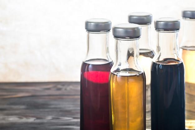 Bouteilles avec différents types de vinaigre