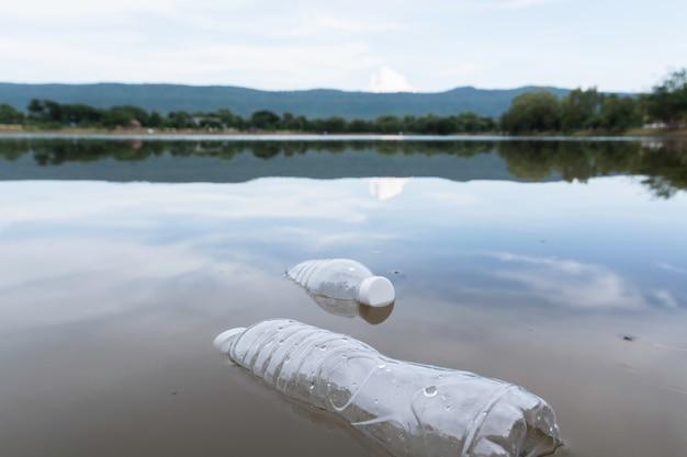 Bouteilles d'eau en plastique pollution dans la rivière. poubelle en plastique dans l'eau. pollution environnementale .