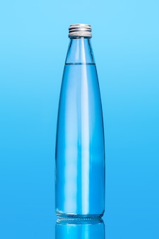 Bouteilles d'eau en verre isolés