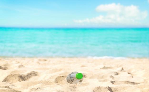 Bouteilles d'eaux usées de plage dans la conservation écologique d'élimination des déchets de sable