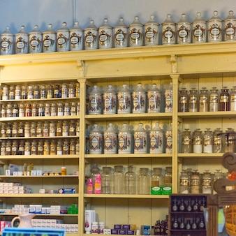 Bouteilles sur l'étagère en magasin, zona centro, san miguel de allende, guanajuato, mexique