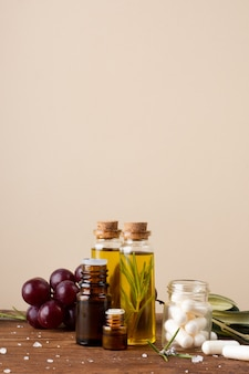 Bouteilles de gros plan avec de l'huile et des pilules sur la table