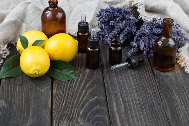 Bouteilles d'huile aromatique, citrons et fleurs de lavande
