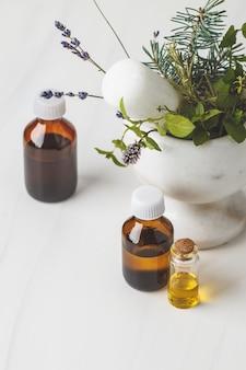 Bouteilles d'huile essentielle, fond blanc. concept de cosmétiques sains.